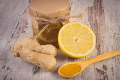 foto-del-vintage-limn-fresco-miel-y-jengibre-en-la-tabla-de-madera-nutricin-sana-64507363
